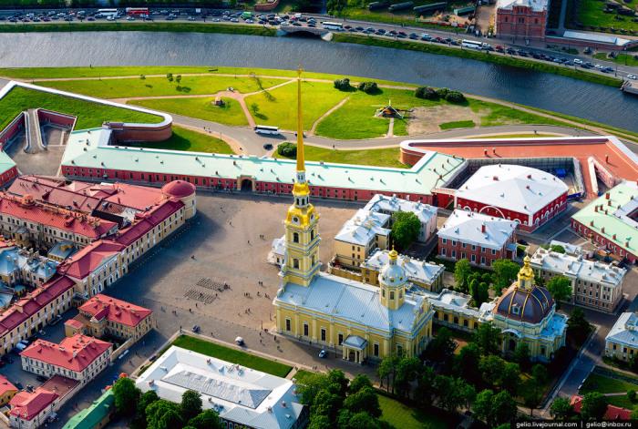 Православный собор, усыпальница русских императоров, памятник архитектуры петровского барокко.