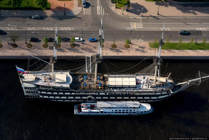 Историческая реконструкция трехпалубного линейного корабля конца XVIII столетия. Используется как плавучий ресторан.