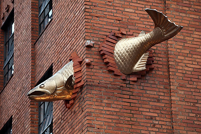 Скульптура лосося расположена в стене здания над входом в один из лучших ресторанов Портленда.