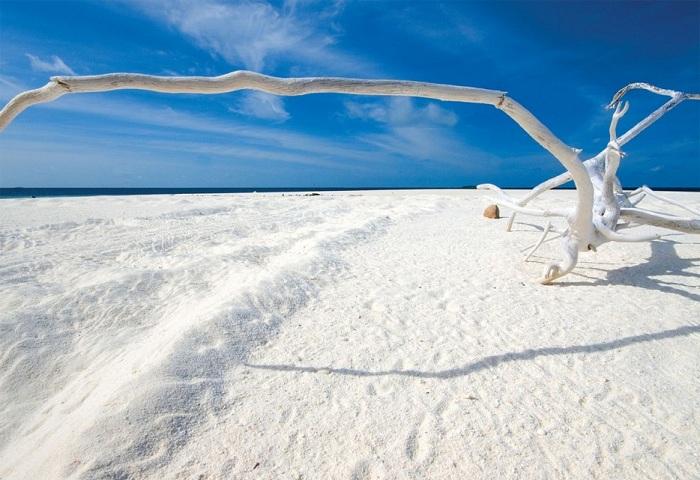 Белоснежный пляж.