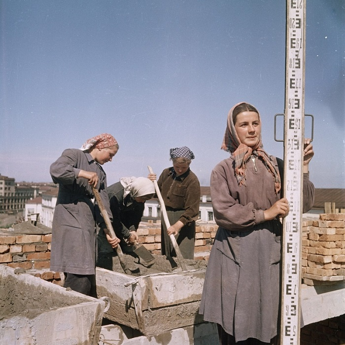 Женщины мешают цементный раствор.