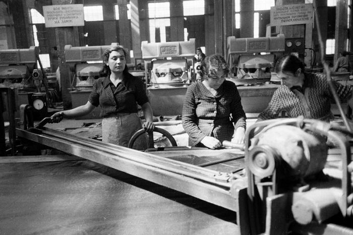 Женщины работающие на заводе.
