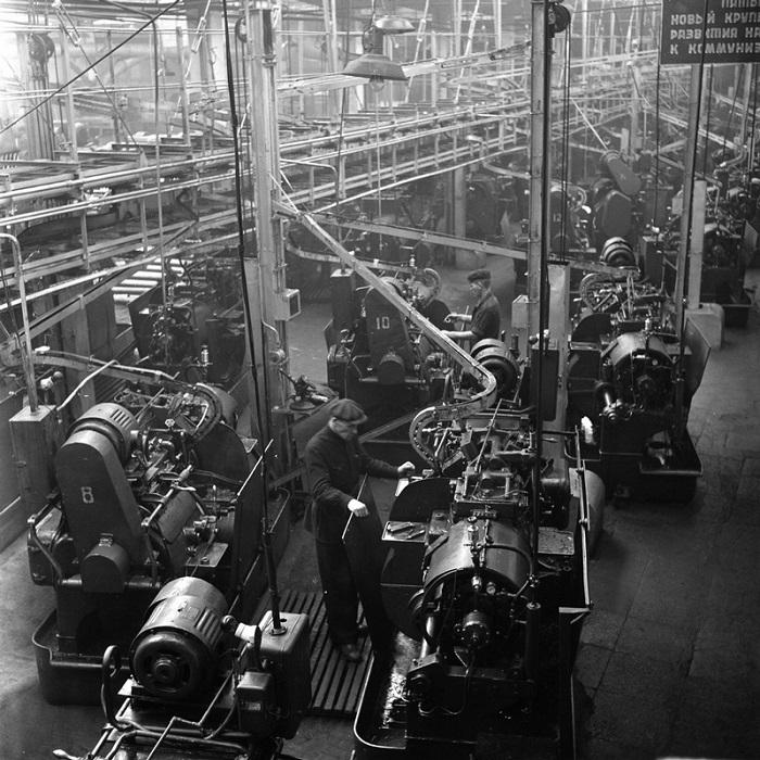 Рабочие на 1-м шарикоподшипниковом заводе в Москве.