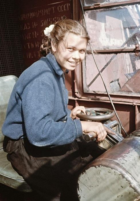 Молодая крановщица в речном порту, Казань.