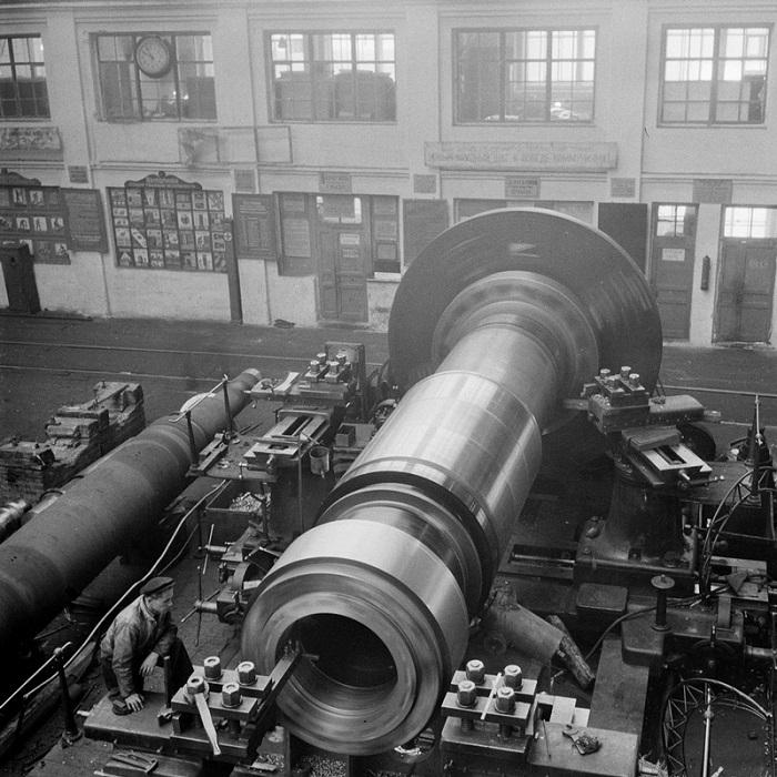 Рабочий контролирует проточку вала турбины.