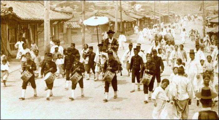 В сопровождении горна и корпуса барабанщиков, 1903 год.