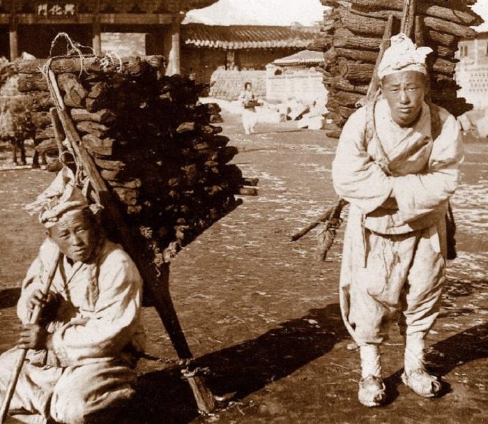Собирали дрова в окрестных лесах и приносили на продажу.