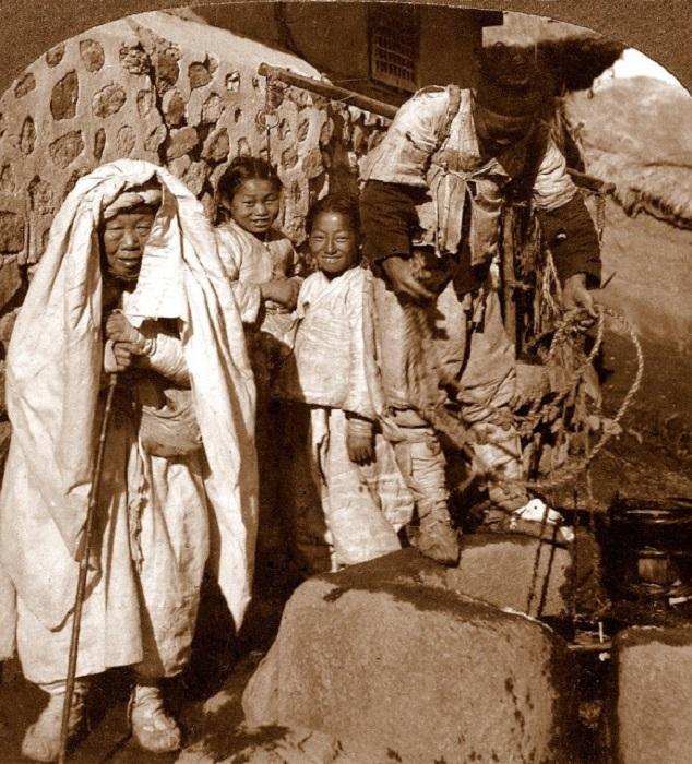 У источника воды, 1900 год.
