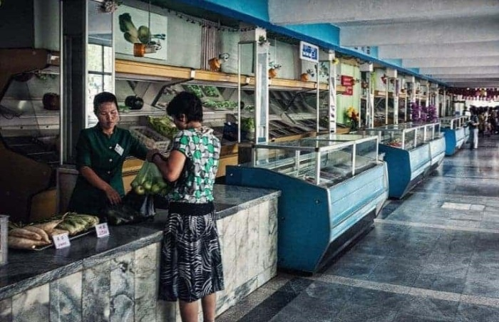 На протяжении 50 лет до 2000 года основные продукты питания и потребительские товары распределялись по карточкам.