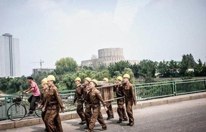 Рабочие, вид которых больше напоминает военных.
