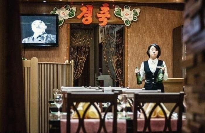 Местные жители практически не вступают в контакт с туристами и даже официантки выглядят слегка испуганными.
