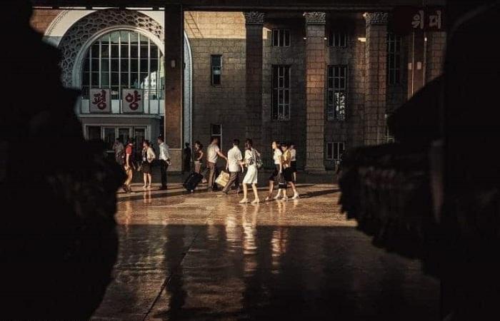 На снимке актёры, задача которых производить впечатление на прибывающих туристов.