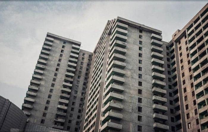 Серость и уныние – суровая и неприветливая архитектура Пхеньяна.