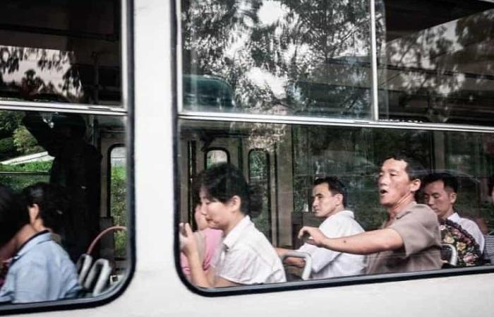 Уставшие лица обычных северокорейцев.