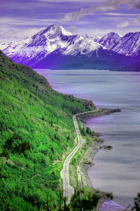 Дорога является единственной связывающей нитью между Аляской и другими шататми США.