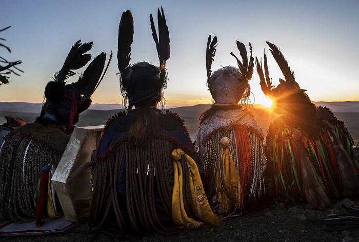 Таинственные монгольские шаманы, проводящие ритуал в день летнего солнцестояния.
