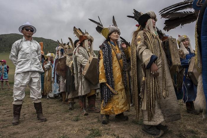 Каждый монгольский шаман сам создает свой «профессиональный» костюм как выражение своих религиозных взглядов.
