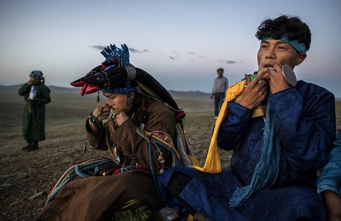 Специальная музыка помогает шаманам переходить в состояние транса, что облегчает духам предков доступ к телу проводника.