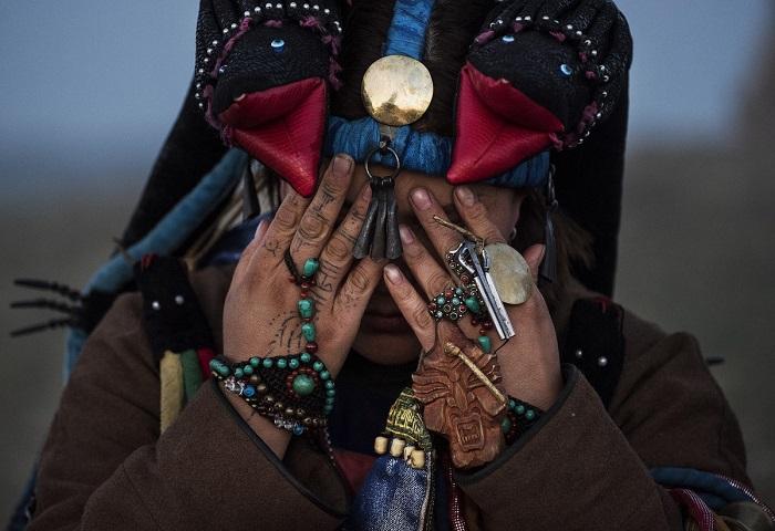 Шаман, произносящий ритуальное молитвенное обращение к духам предков.
