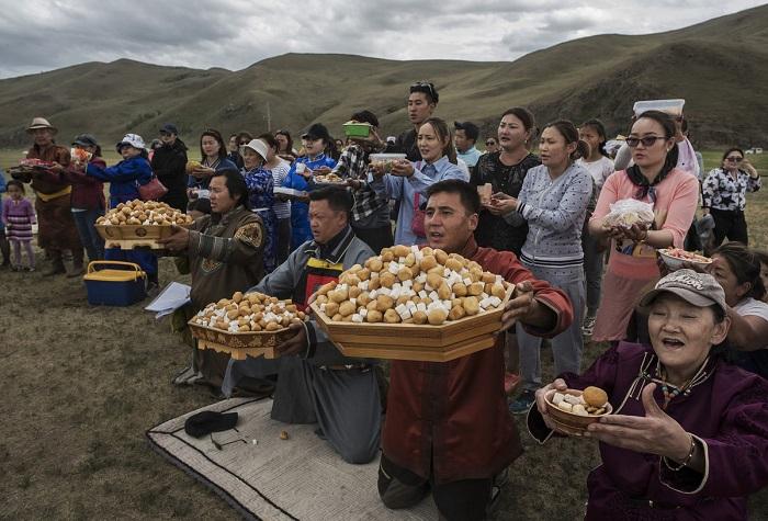 Последователи шаманизма молятся во время ритуала благословления, который проводится 21 июня.