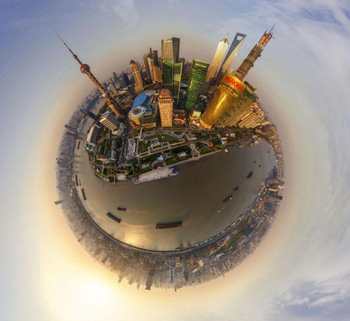 Крупнейший город Китая и один из самых крупных городов мира, расположен в дельте реки Янцзы.