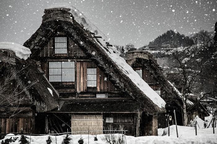 Находится в северной части японской префектуры Гифу, в долине реки Сокава, неподалёку от города Такаяма.