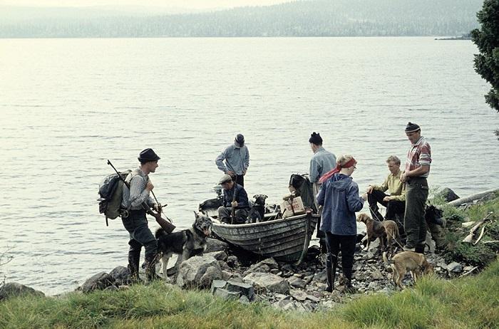 Компания в лодке, на озере Лакаватнет, готовится отправиться на охоту на лося.