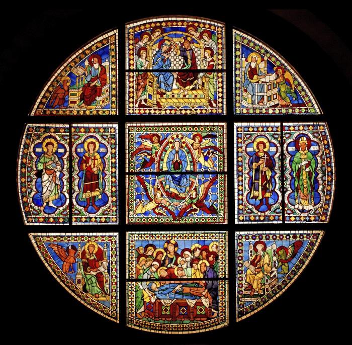 Витражи в огромных окнах-розах отбрасывают яркие блики на красочный, инкрустированный мрамором пол.