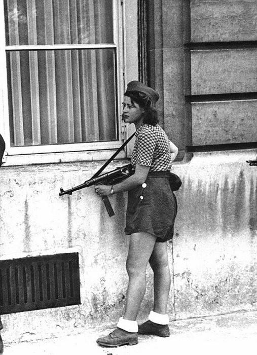 18-летняя участница Французского сопротивления Симона Сегван (Simone Segouin) во время освобождения Парижа.