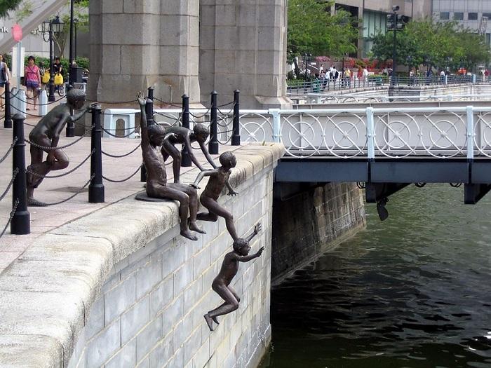 Скульптура расположена на набережной Робертсона.