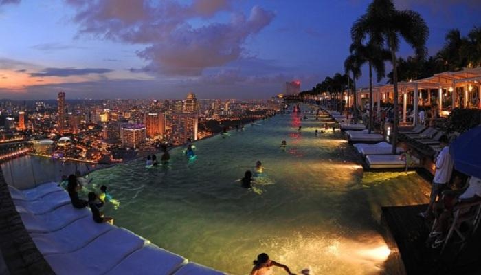 С бассейна Марина Бэй Сэндз открывается невероятнейший вид на город.