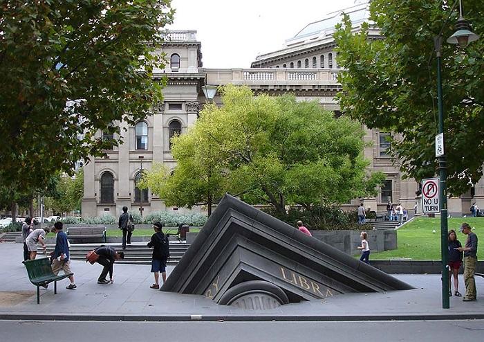 Тонущее здание у Государственной библиотеки.