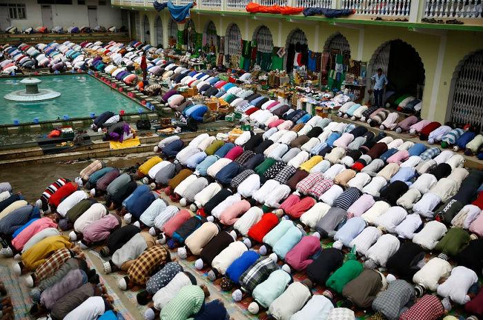 Мусульмане молятся во время священного месяца Рамадана в Катманду.