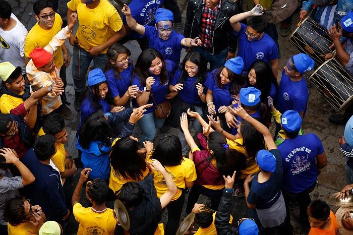 Сотни непальцев собираются в священном городе для благословения.