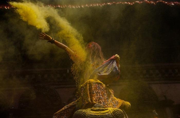 Праздник отмечают красочными парадами в сопровождении народных песен, танцев и общего веселья.