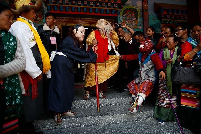 Артисты в традиционных нарядах готовы к представлению.