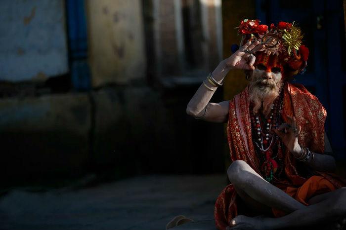 Пожилой индус в праздничном одеянии возле старейшего храма в долине Катманду.