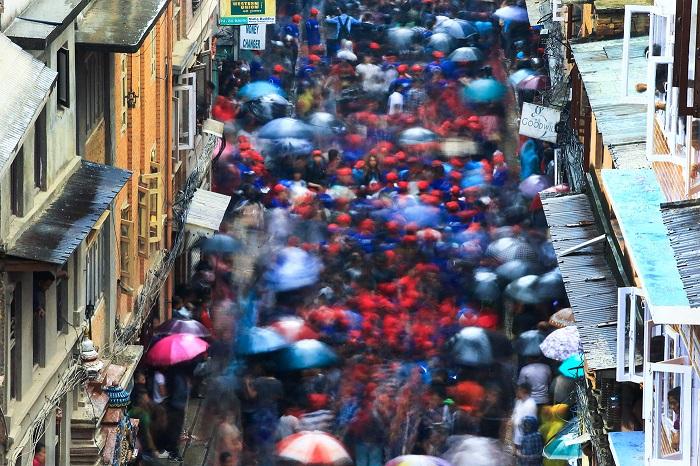 Огромное количество жителей города собирается на массовое мероприятие.