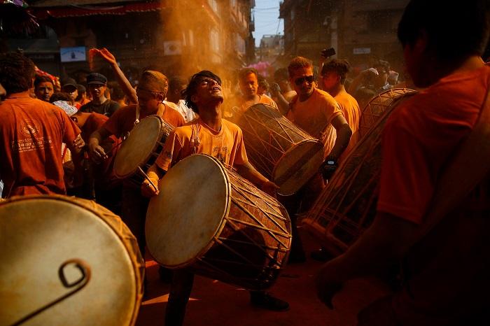 Празднование Нового года продолжается на улицах Непала под звуки барабанов и посыпанием окружающих оранжевым порошком.