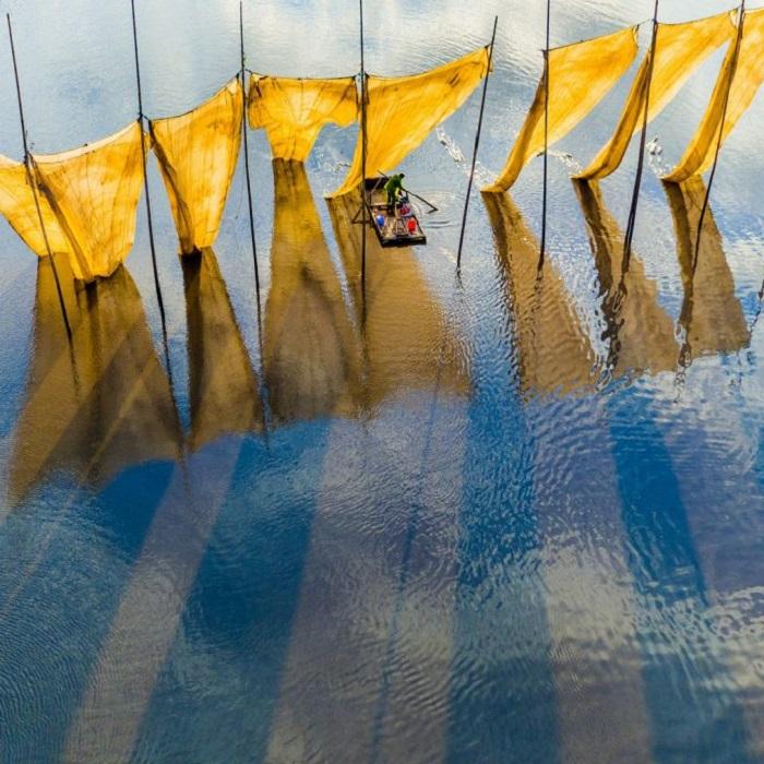 Главный победитель фотоконкурса. Рыбак с сетями в провинции Фуцзянь в Китае. Автор фото: Ги Чженг