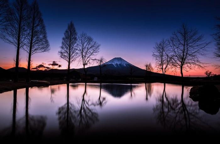 Гора Фудзи является самой высокой горой в Японии (3776 метров). Ее форма абсолютно симметрична, что делает гору одной из самых узнаваемых в мире.