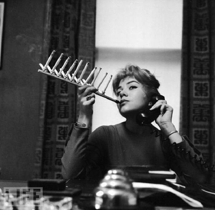 Сигаретный держатель для заядлых курильщиков, (1955 год).