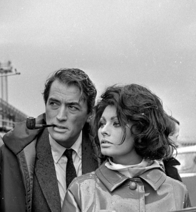 Софи Лорен в роли Ясмин Азир и актер Грегори Пек (Gregory Peck) на съемках триллера «Арабеска».