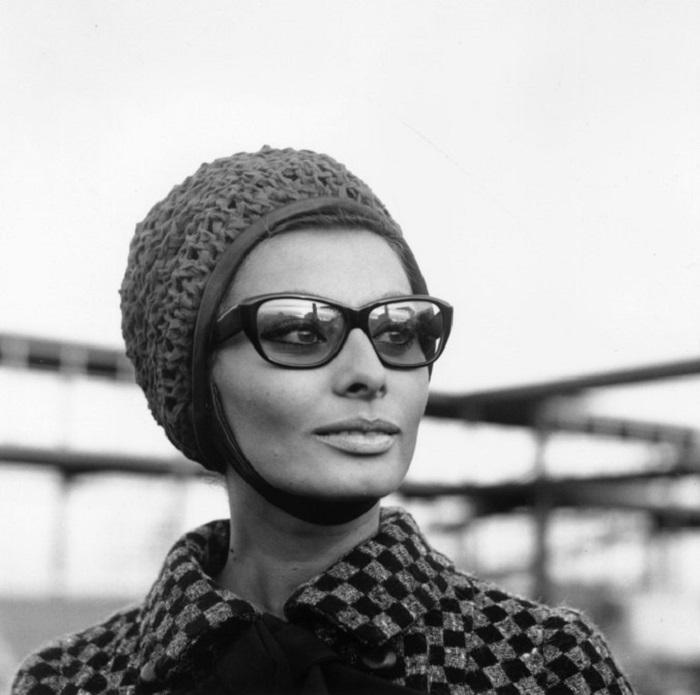 Очень часто свои образы итальянская актриса дополняла всевозможными головными уборами.
