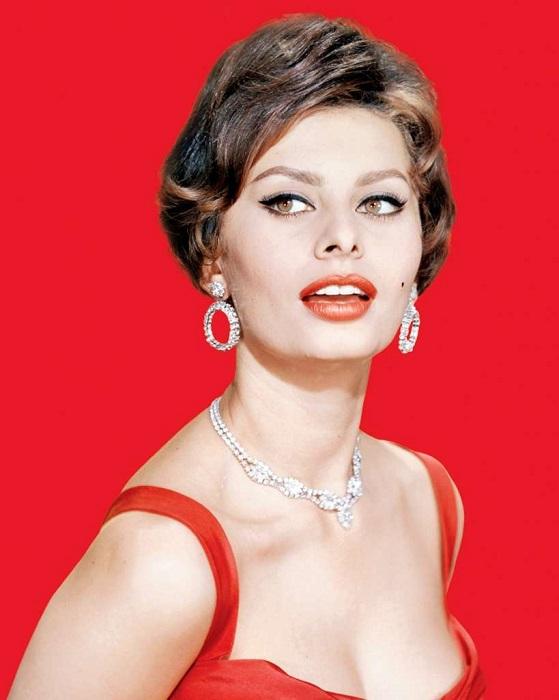 Элегантный портрет итальянской актрисы с красной губной помадой и бриллиантами.