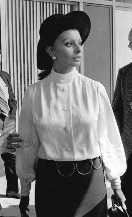 Актриса Софи Лорен в международном аэропорту имени Джона Кеннеди в Нью-Йорке.