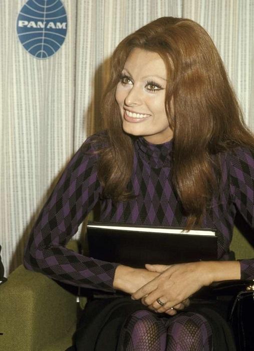 Итальянская звезда дает интервью во время пересадки в аэропорту имени Джона Кеннеди.