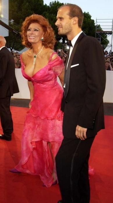 Итальянская актриса с младшим сыном Эдоардо Понти (Edoardo Ponti) во время посещения Венецианского кинофестиваля.