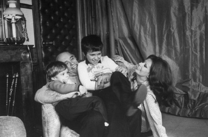 Легендарная актриса с мужем Карло Понти и сыновьями в уютной домашней обстановке.