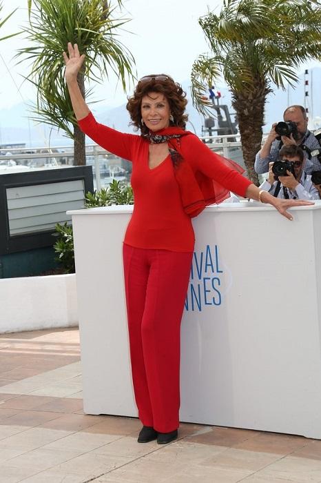 Софи Лорен позирует фотографам на 67-м Каннском международном фестивале.